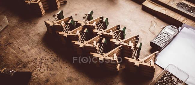 Nahaufnahme von Vintage Klavierstimmen in Werkstatt — Stockfoto