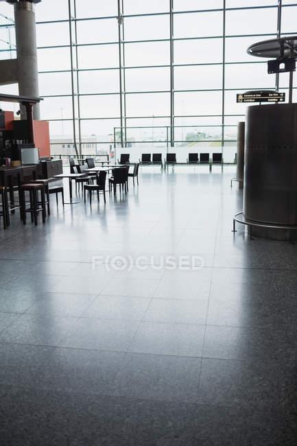 Пустой зал ожидания аэропорта с ярким окном — стоковое фото