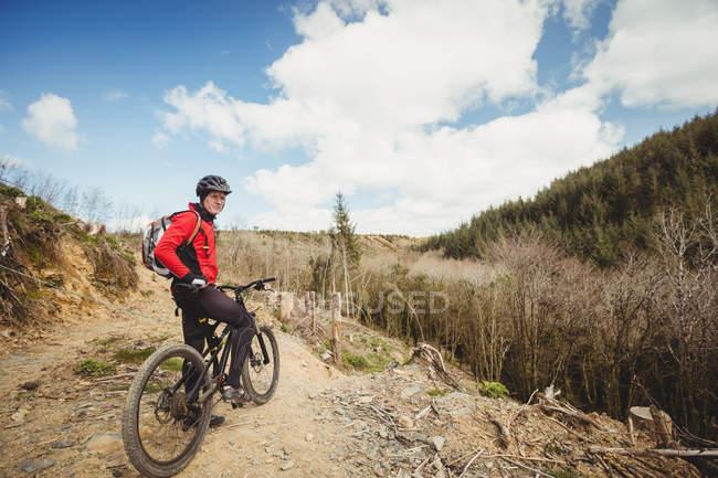 Велосипед на велосипеде по грунтовой дороге в горах — стоковое фото