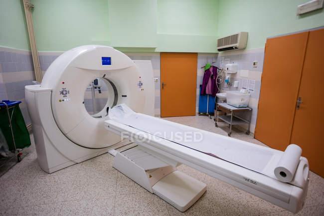 Máquina de escaneo por resonancia magnética en la sala de escaneo del hospital - foto de stock
