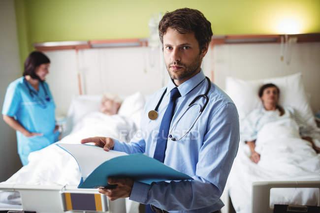 Портрет врачебного заключения в больнице — стоковое фото