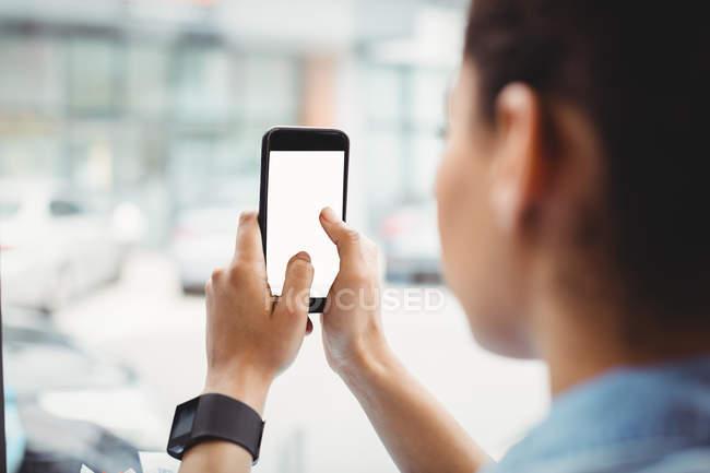 Abgeschnittenes Bild einer Frau mit Handy im Restaurant — Stockfoto