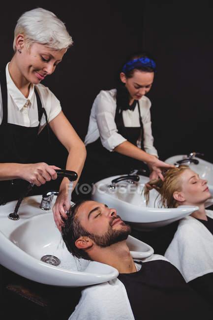 Клієнти отримують їх волосся мити в салон — стокове фото