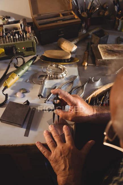 Голкипер работает с разделительным компасом в мастерской — стоковое фото