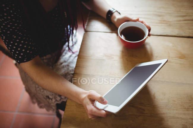 High-Winkelansicht der Frau mit digitalem Tablet zu Hause — Stockfoto