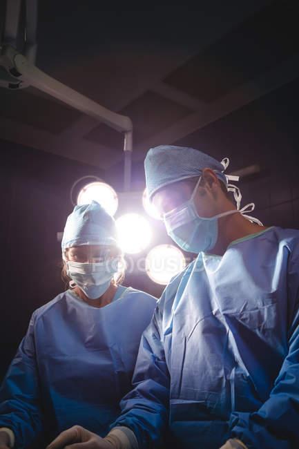 Chirurgen operieren im Operationssaal des Krankenhauses — Stockfoto