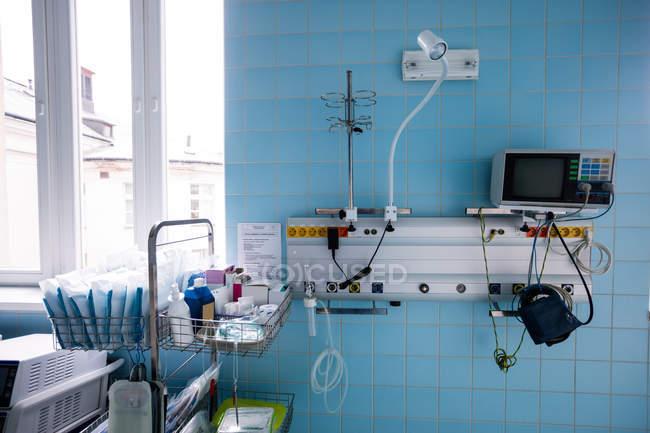 Медичне обладнання в лікарні інтер'єру кімнати — стокове фото