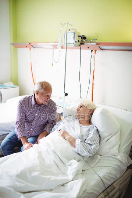 Senior tröstet Seniorin im Krankenhaus — Stockfoto