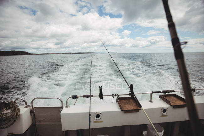 Canne da pesca sul peschereccio in mare — Foto stock