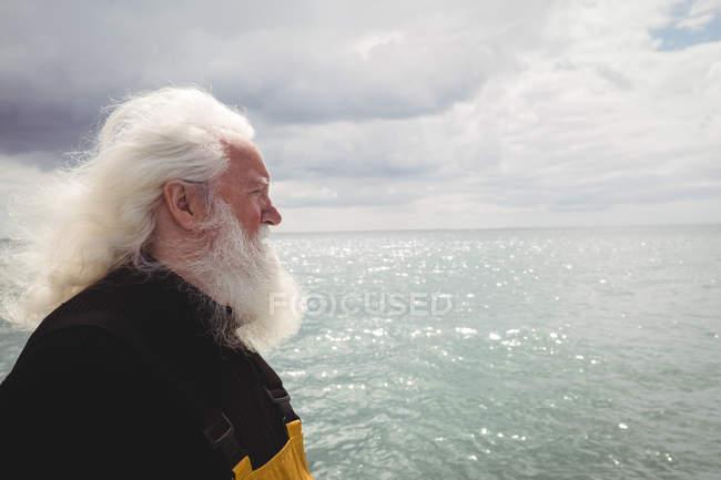 Seitenansicht eines nachdenklichen Fischers auf einem Fischerboot — Stockfoto