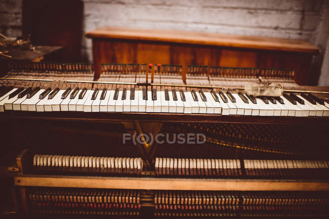 Close-up view of vintage piano keyboard at workshop — Stock Photo