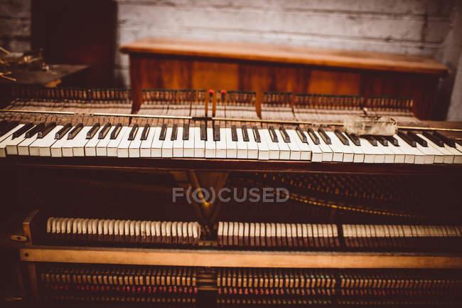 Vista de perto do teclado de piano vintage na oficina — Fotografia de Stock