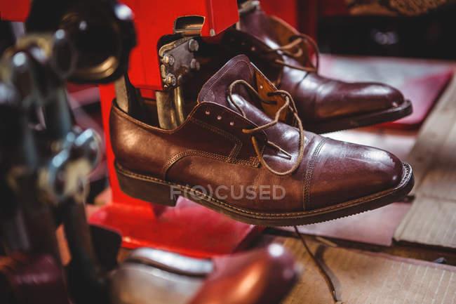 Sapatos que esticam na máquina da maca na oficina — Fotografia de Stock