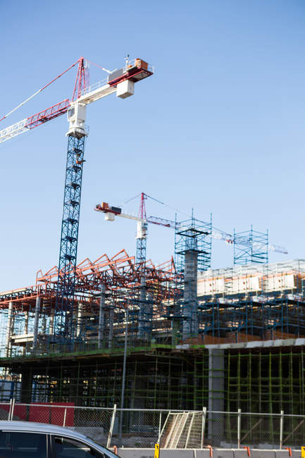 Crane and building construction site in daylight — Stock Photo
