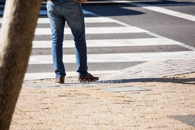 Low section of man walking on street in daylight — Stock Photo