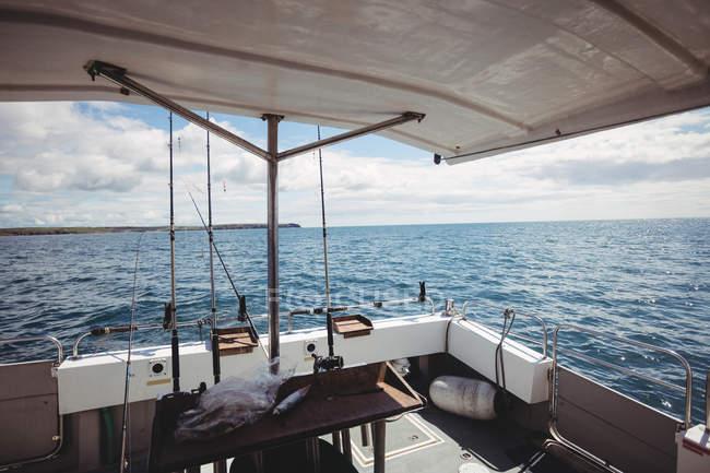 Barca da pesca che naviga in mare nella giornata di sole — Foto stock