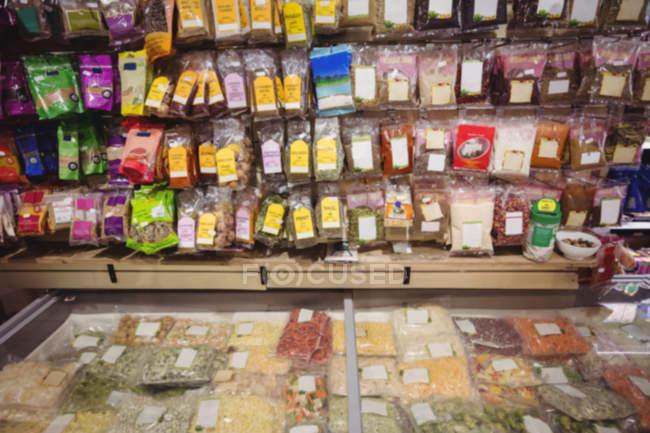Primo piano delle merci esposte al supermercato — Foto stock