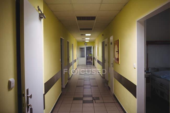 Vue intérieure du couloir éclairant d'un hôpital — Photo de stock