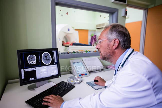 Docteur examen IRM cérébrale sur ordinateur à l'hôpital — Photo de stock