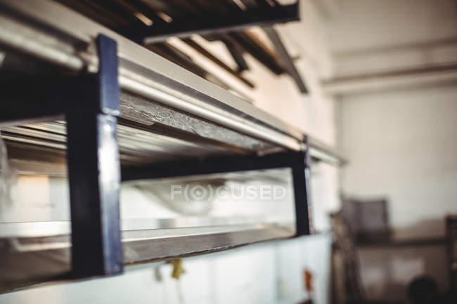 Nahaufnahme des Maschinenteils in der Werkstatt — Stockfoto