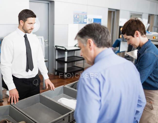Пасажирів в перевірці безпеки в аеропорту інтер'єру — стокове фото