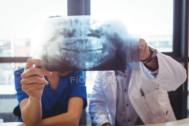 Médico e enfermeiro examinando raio-X no hospital — Fotografia de Stock
