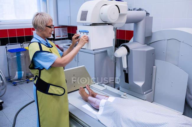 Лікар за допомогою рентгенівський апарат для вивчення пацієнта у лікарні — стокове фото
