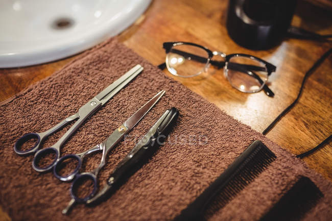 Pettini e forbici da barbiere su tavolo in legno in barbiere — Foto stock