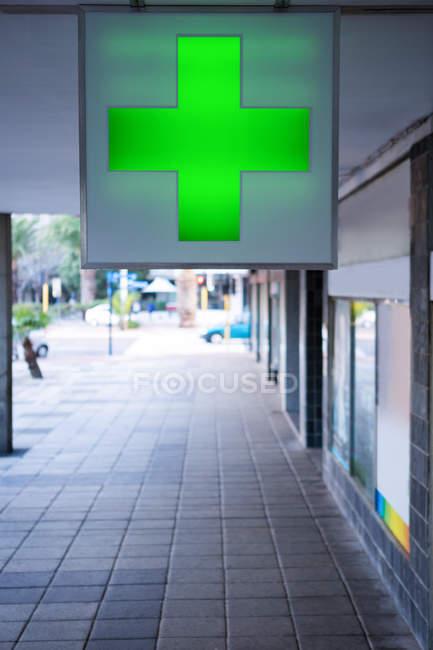 Ärztliches Kreuz vor Apothekengebäude — Stockfoto