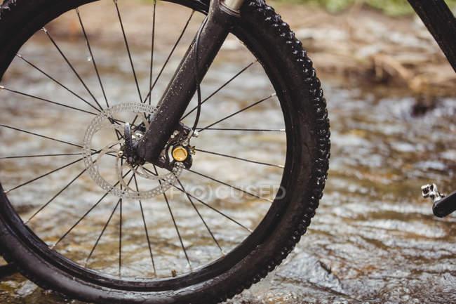 Кадроване зображення велосипедне в потік — стокове фото
