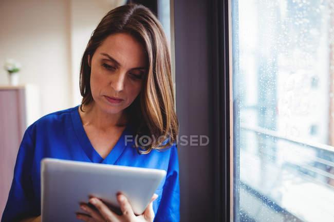 Infirmière utilisant une tablette numérique à l'hôpital — Photo de stock