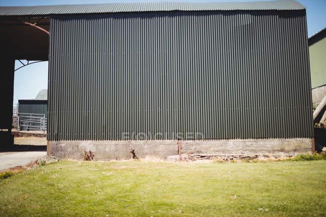 Parede do metal velha do velho celeiro na luz do dia — Fotografia de Stock