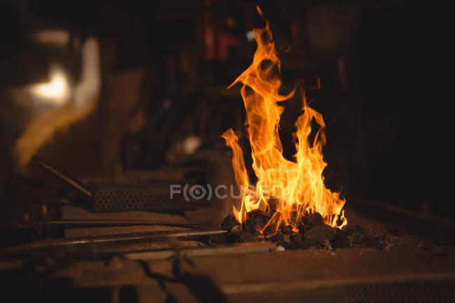 Gros plan de la forge du forgeron sur le lieu de travail — Photo de stock