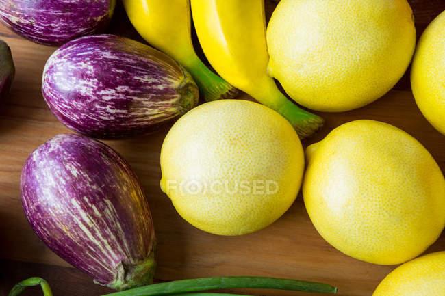 Вид сверху лимонов, баклажаны и бананы в супермаркете — стоковое фото
