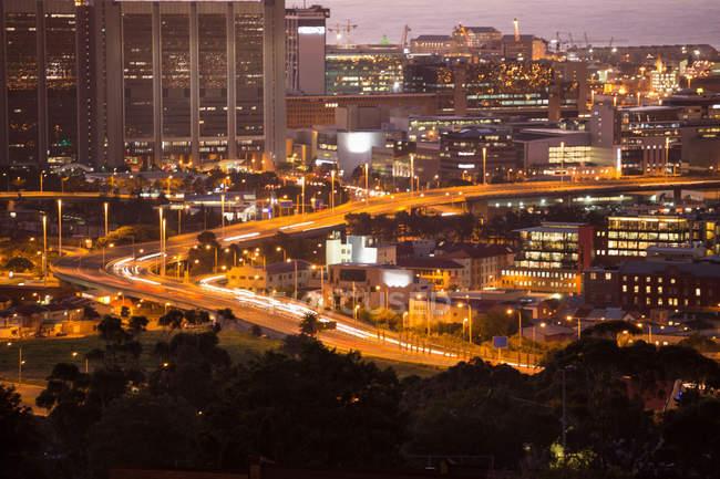 Escena urbana de la ciudad iluminada en la noche - foto de stock