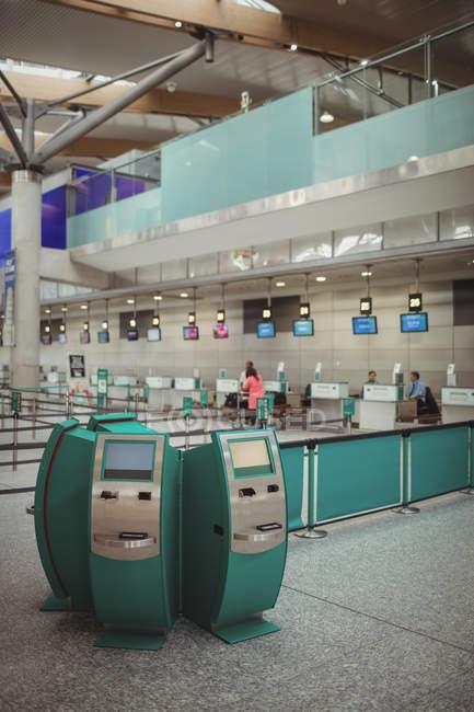 Автоматы самообслуживания в терминале аэропорта — стоковое фото