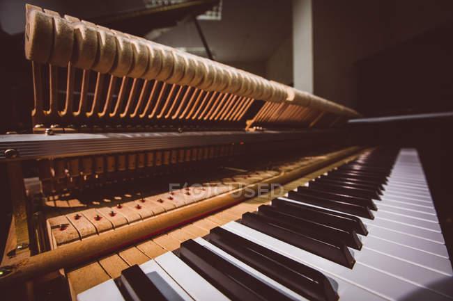 Nahaufnahme alter Klaviertastaturen in der Werkstatt — Stockfoto