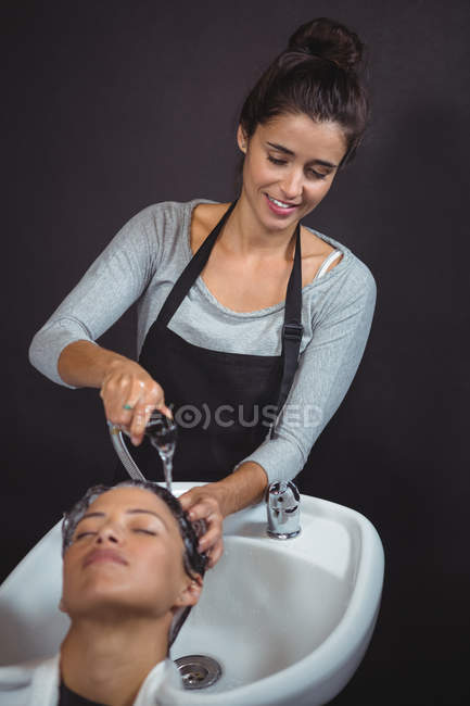 Woman getting her hair wash at salon — Stock Photo