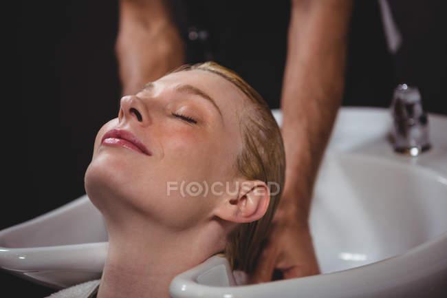 Mulher recebendo sua lavagem de cabelo no salão — Fotografia de Stock