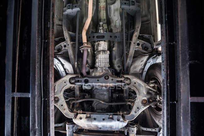 Primer plano del motor de coche y garaje de reparación de componentes - foto de stock
