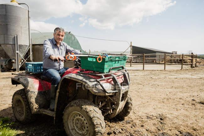 Ritratto di contadino che cavalca la quadriglia in campo — Foto stock