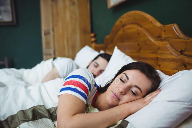 Coppia dormire insieme sul letto in camera da letto — Foto stock