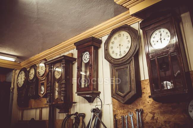 Uhren für die Reparatur an der Wand hängen — Stockfoto
