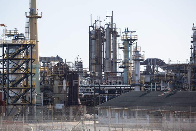 Scena urbana di industria petrolifera e del gas alla luce del giorno — Foto stock