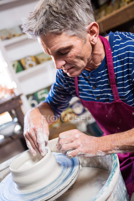 Close-up de oleiro masculino fazendo pote na oficina de cerâmica — Fotografia de Stock