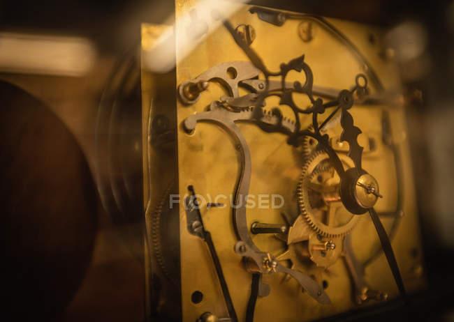 Mecanismo de reloj vintage con engranajes - foto de stock