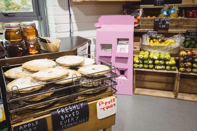 Tartas de manzana en refrigeración rack en supermercado - foto de stock