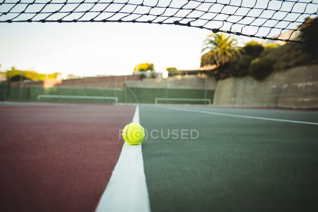 Pelota de tenis en línea central de la cancha de tenis - foto de stock