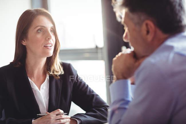 Предприниматель в дискуссию с коллегой в офисе — стоковое фото