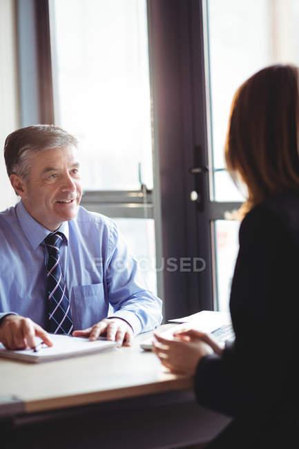 Бізнесмен, обговорюючи з колегою в офісі — стокове фото